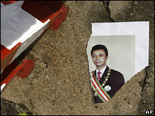 Torn portrait of Marc Ravalomanana outside presidential palace