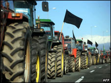 Farmers tractors block the national Athens-Thessaloniki highway (Photo: SAKIS MITROLIDIS/AFP/Getty Images)