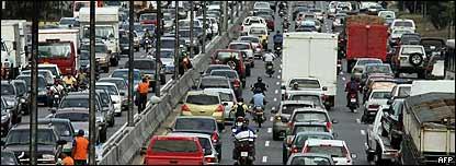 Congestionamiento de autos en autopista de Caracas.