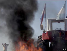 A farmer stands beside a tractor during a roadblock protest near Gualeguaychu, Entre Rios, north of Buenos Aires. Photo: 20 March 2009