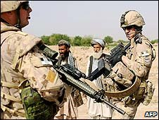 Canadian soldiers speak to Afghans in Kandahar province (28 March 2008)