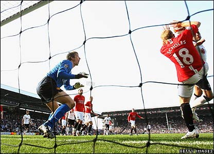 Scholes blocks Bobby Zamora's header with his hands