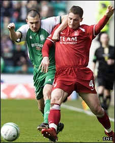 Hibs defender Ian Murray (left) battles for possession with Aberdeen's Gary McDonald