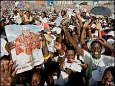 Crowd at Luanda's Coqueiros Stadium. Photo: 21 March 2009
