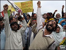 Pakistani lawyers celebrate outside Iftikhar Chaudhry's house, 22 March 2009