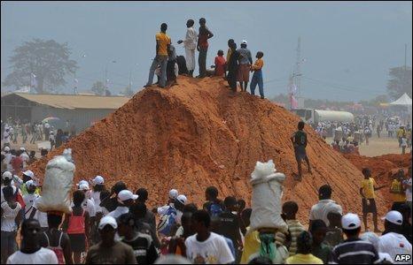 Angolans struggle to seet the Pope, Luanda
