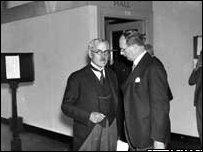 Участники саммита 1933 года совещаются с премьер-министром Рамсэй Макдональд