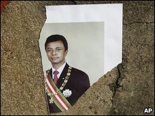 A torn portrait of Marc Ravalomanana at the entrance of the Iavoloha presidential palace outside Antananarivo, Madagascar, on 18 March 2009