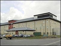 مركز لاحتجاز المهاجرين قرب مطار هيثرو بلندن