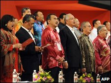 Prime Minister Abdullah Ahmad Badawi (5th L) and prime minister-in-waiting Najib Razak (4th L) as the meeting opens