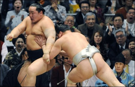 Mongolian champion Harumafuji  (right) winning the bout againts Asashoryu
