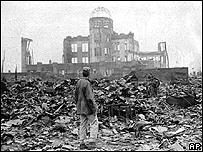 Hombre sobre los escombros de Hiroshima.
