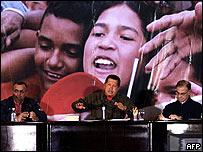 Hugo Ch�vez junto al vice presidente de Venezuela, Ram�n Carrizalez (izq.) y ministro de Finanzas Ali Rodr�guez