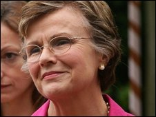 Julie Walters is to play Mo Mowlam