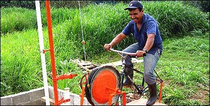 Un hombre opera la bicibomba (Gentileza: Maya Pedal)