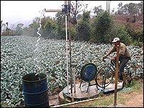 Bicibomba succionando agua en el campo (Gentileza: Maya Pedal)