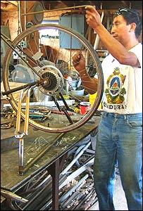 Carlos Marroqu�n en su taller fabricando una bicim�quina (Gentileza: Maya Pedal)