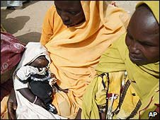 Women at a refugee camp outside the Darfur town of al-Fasher, Sudan (26/03/2009)