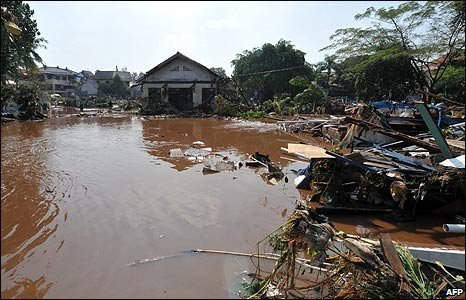 Debris after the flooding in Tangerang, Indonesia (27/03/2009)