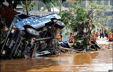 Rescuers near an overturned vehicle in Tangerang, Jakarta, on 27/3/09