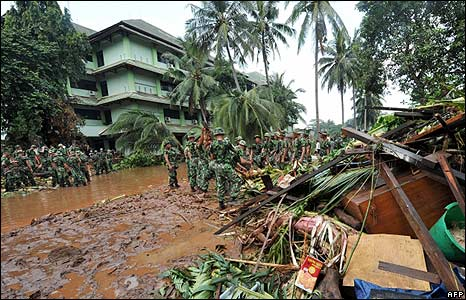 Indonesian soldiers at the flooded site in Tangerang on 27/3/09