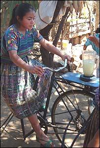 Joven usando una m�quina a pedal para hacer licuados (Foto: gentileza Maya Pedal)