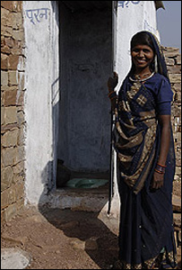 Mujer india frente a un servicio sanitario