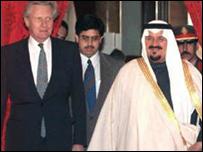 الأمير سلطان بن عبد العزيز (يمين)