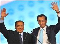 سيلفيو برلسكوني (يسارا) وجانفرانكو فيني(28/03/2009)