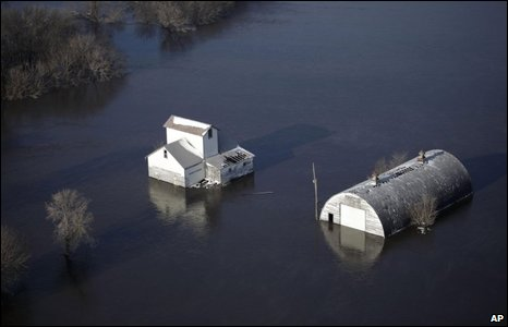 A farmhouse and barn submerged in Fargo, 28/03