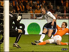 Kenny Miller is tackled by Joris Mathijsen