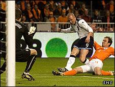 Kenny Miller is tackled by Joris Mathijsen