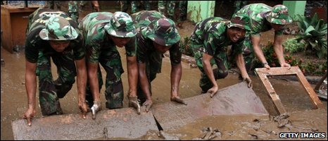 Indonesian soldiers help clean the mud in Ciputat, 28/03