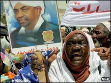 Sudanese protesters in a rally held outside the presidential residence in Khartoum on 28 March 2009 demand that President Bashir refrain from going to Qatar