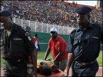 أفراد الشرطة ينقلون أحد الضحايا