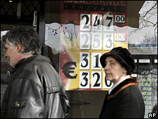 Hungarians wait to change money (6 March 2009)