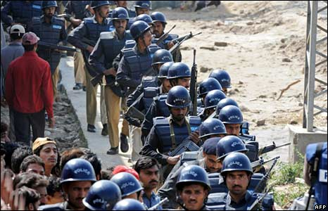 Dozens of Pakistani policemen arrive at the academy