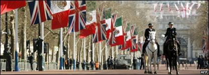 El paseo londinense que conduce al Palacio de Buckingham engalanadon con banderas británicas y mexicanas.