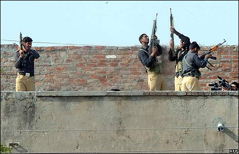 Pakistani policemen fire in the air after taking back the police academy near Lahore on 30/3/09