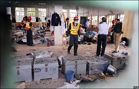 Pakistani security and rescue officials in the police academy near Lahore on 30/3/09