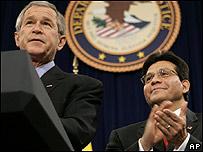 George W. Bush (izq.) y Alberto Gonz�les