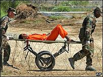 Preso es trasladado en el centro de detención de Guatánamo