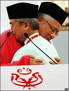 Malaysia's former Prime Minister Abdullah Ahmad Badawi (R)hugs his successor Najib Razak (March 2009)