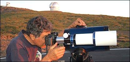 Francisco Diego mirando a través de un telescopio