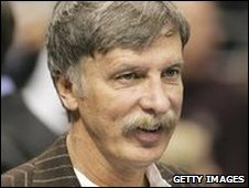 Kroenke accepted an offer to be a non-executive director at Arsenal in 2008.