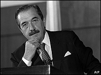 Raúl Alfonsín durante una rueda de prensa en 1987 (imagen de archivo)