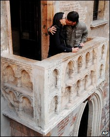 Couple kiss on Juliet's balcony in Verona