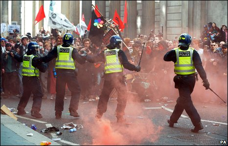 Police attmept to control  crowds at the Bank of England