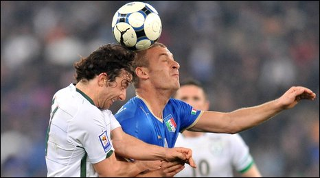 The Republic of Ireland's Stephen Hunt competes  against Daniele De Rossi of Italy