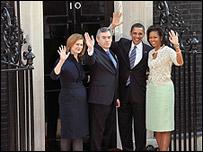 Gordon Brown y su esposa Sarah (izq.), Barack Obama y su esposa Michelle (der.)